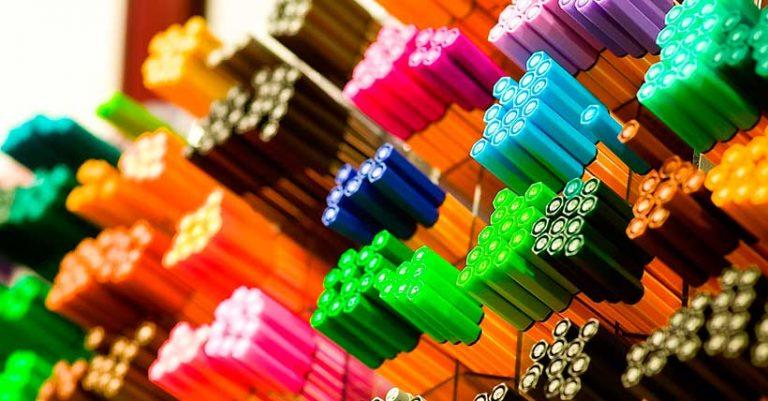 Imagem de uma pilha de canetas em uma loja
