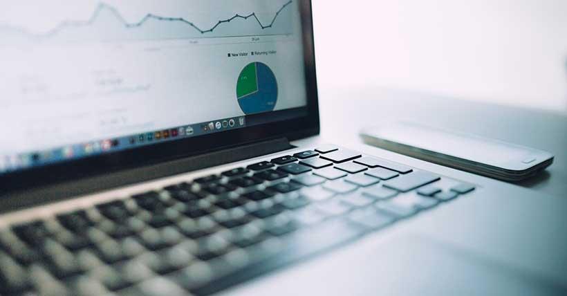 Computador com a tela do Google Analytics aberto