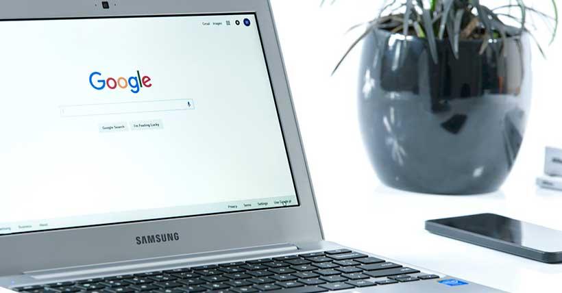 Computador com o site do Google aberto