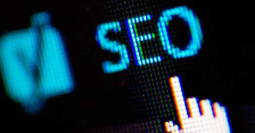 Imagem aproximada da tela de um computador na palavra SEO.